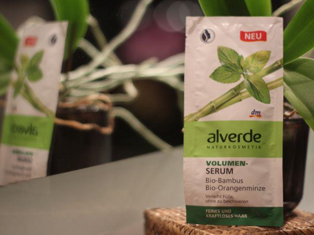 Das neue alverde Volumen Serum mit Bio-Bambus und Bio-Orangenminze verspricht Fülle, ohne zu beschweren. Anfangs war ich skeptisch doch ich lag falsch!
