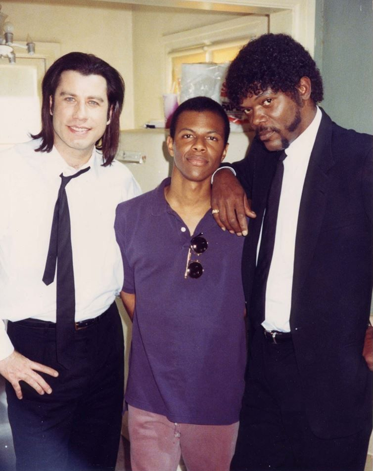 Pulp Fiction John Travolta And Samuel L Jackson Pose For A Photo With Phil Lamarr The Actor Who Played Marvin Gangstermovie Pulp Fiction Actors Phil Lamarr
