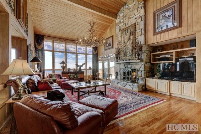 Looking for the perfect mountain retreat with a spectacular view of Blue Valley and close to downtown Highlands? Look no more, as you have found it! Click for more information!