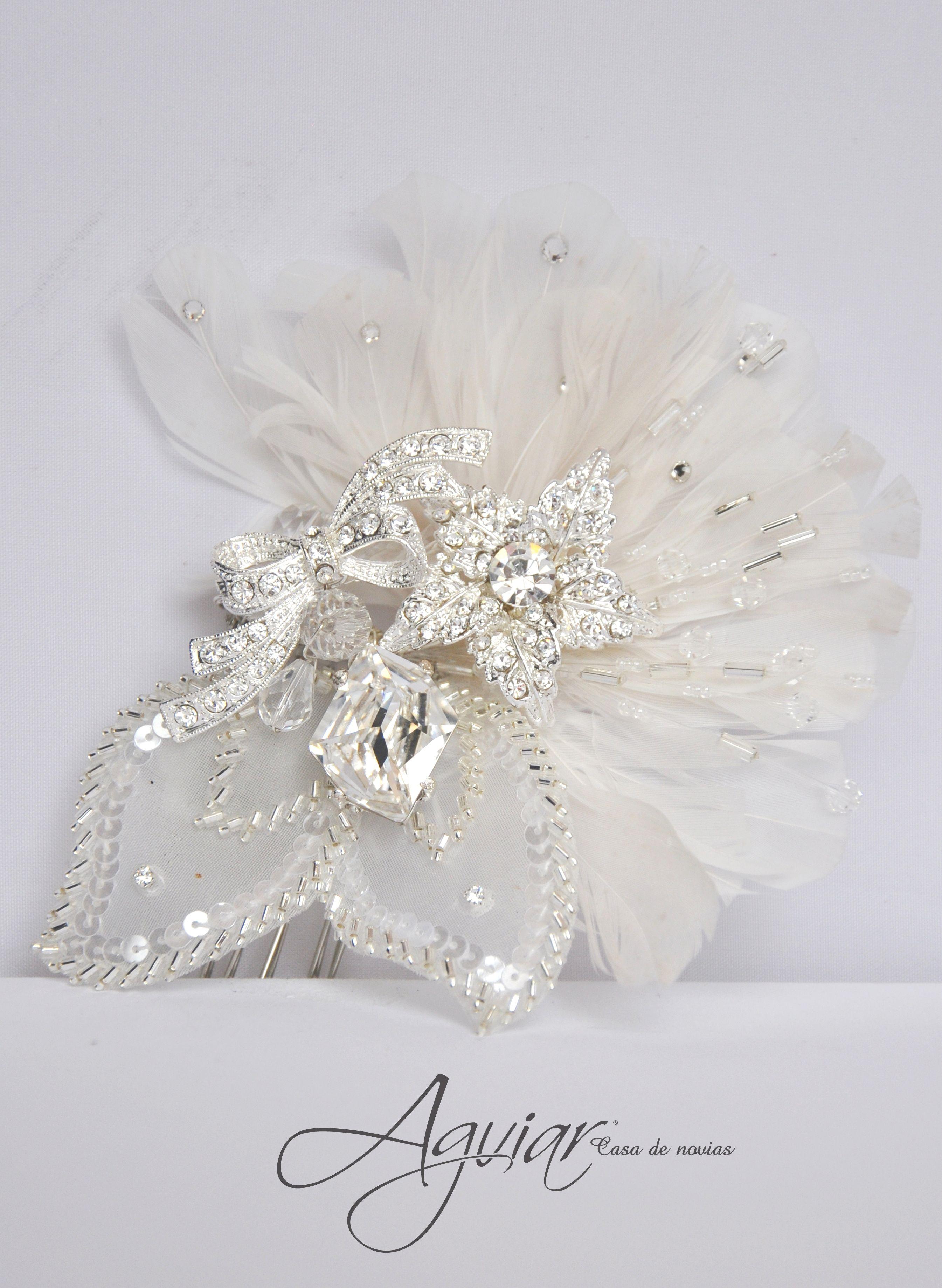 Peineta para novia con pedrería y plumas.. #bride #pearl ...