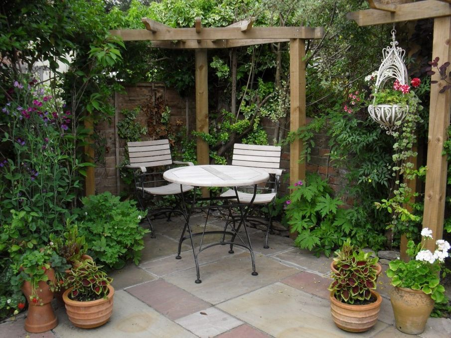 Elegance small courtyard gardens design corner pergola for Small outdoor decorating ideas