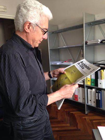 Il presidente Giani legge la prima copia del giornale del festival #AIC14