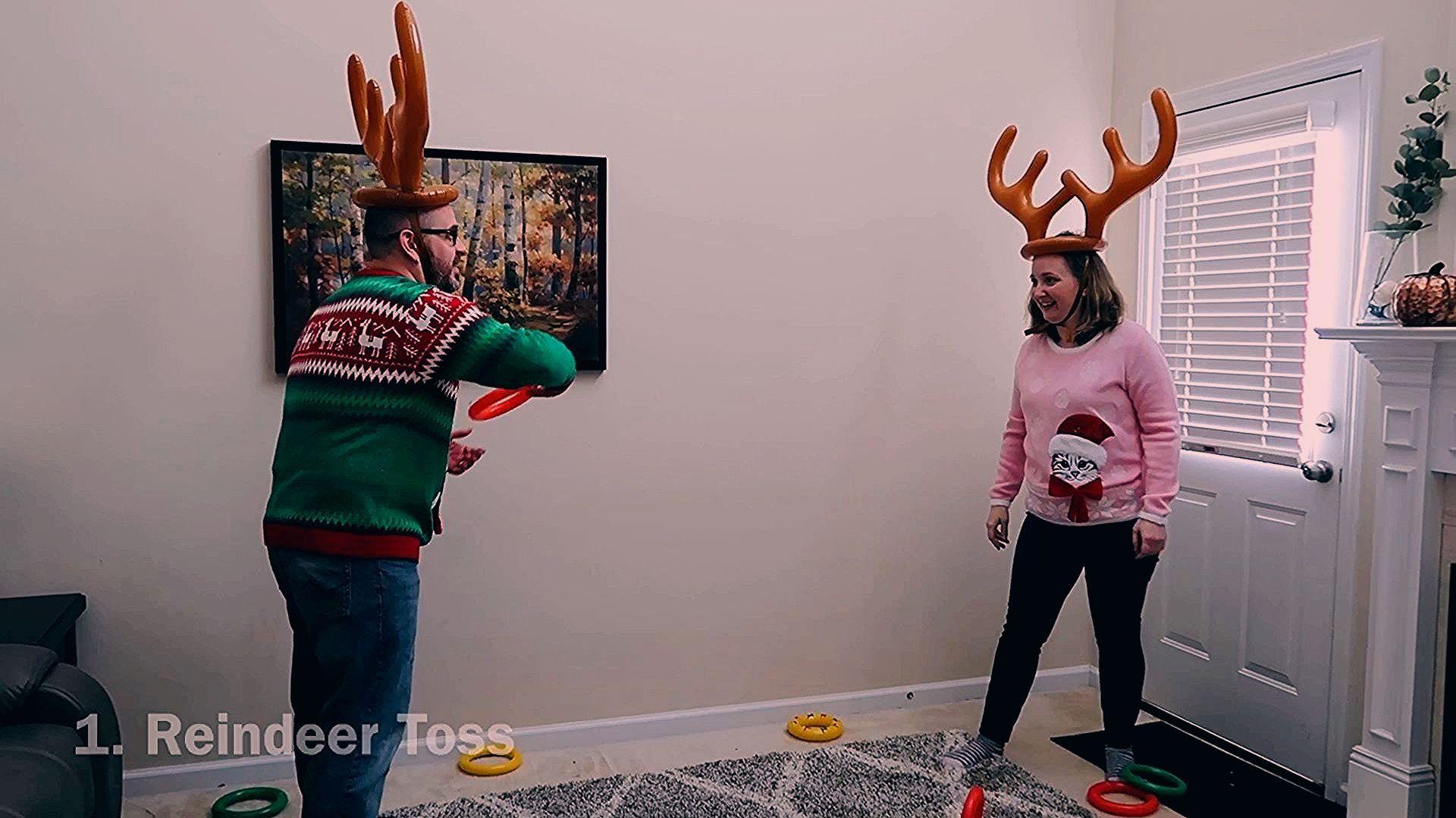 Photo of Reindeer Toss Christmas Party Spiele für Kinder