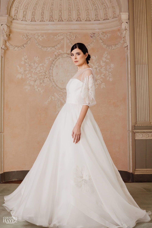 35fec08f46a0 Un abito da sposa  pincipessa in organza bianco e oro con  fiori stilizzati  e