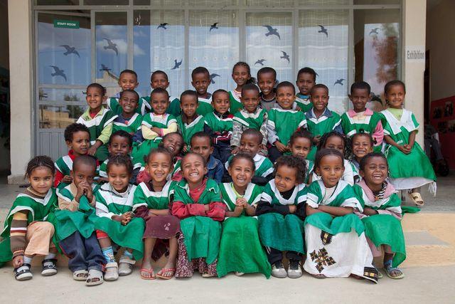 Mit Bildung gegen Armut: Max und Kathryn Robinson aus Lachen haben in Äthiopien eine Schule für Kinder von Kriegsveteranen gegründet. Sie gilt als eine der besten im Land. Bild: Die jüngsten Zöglinge der Nicolas Robinson School: Kinder von äthiopischen Bürgerkriegsveteranen. Foto: Max Robinson