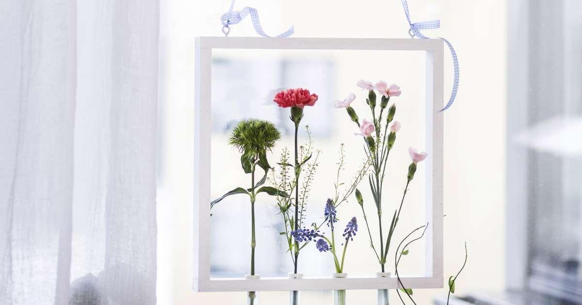 Nikkaroi kaunis kukkakehys ja saat mainion maljakon yksittäisille kukille. Kun laitat kehykseen erivärisiä ja -kokoisia kukkia, on kokonaisuus hauskimman näköinen.