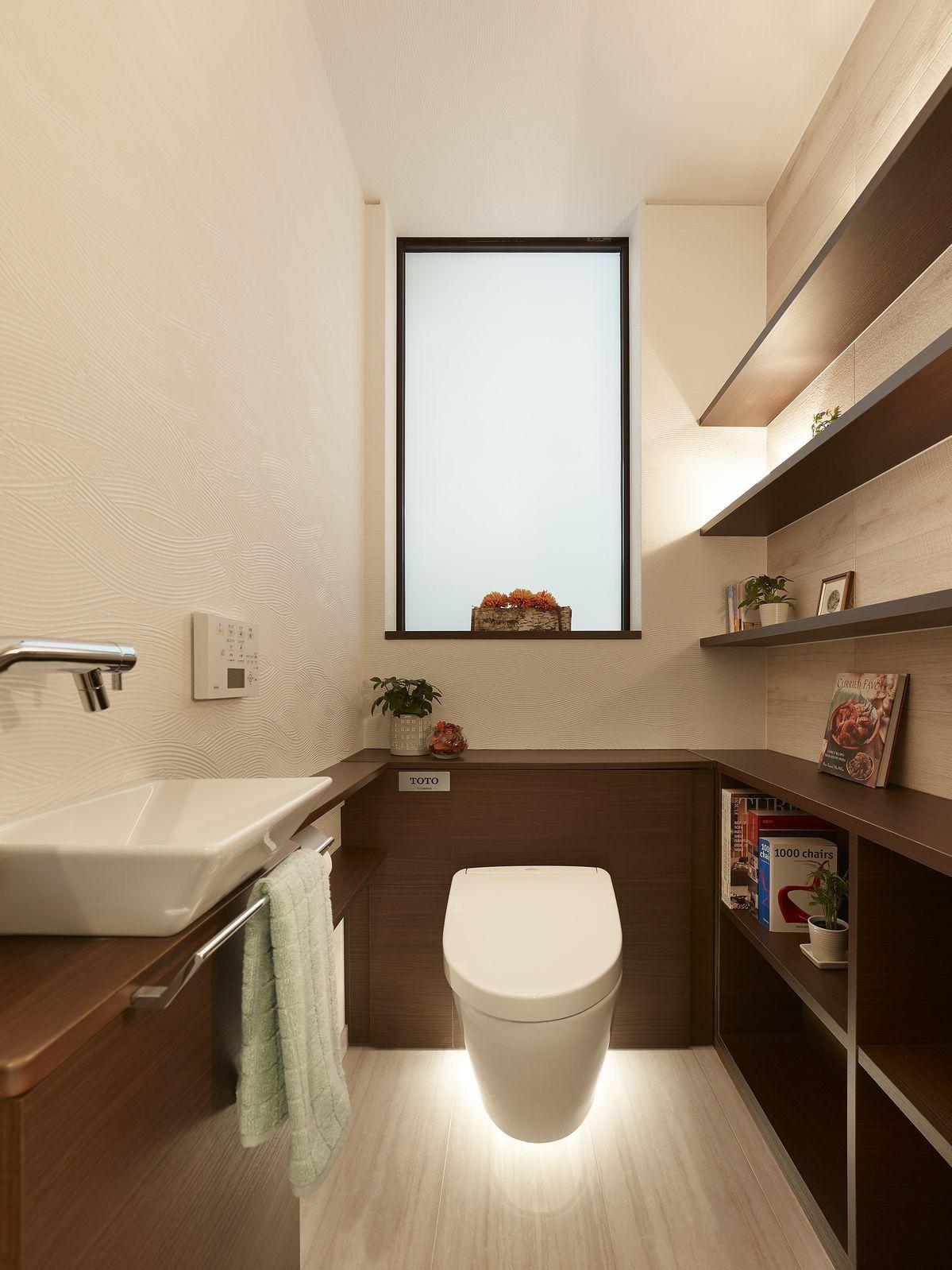 ミサワホームイングデザインリフォーム 機能的で落ち着いたトイレ空間 壁面にはスクエア型の手洗い とカウンター 反対側には本や小物を飾れる棚を造作して収納を充実させました フロートタイプのタンクレストイレは床掃除のしやすさが特徴 また 足元をほんのり