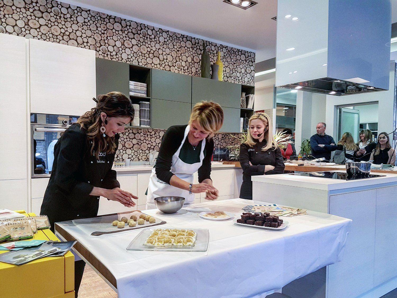 @scavolini : @Lablondeenfarin @Valepeperoncina chef per un giorno allo #ScavoliniStoreFirenze per uno showcooking riuscito alla https://t.co/7WGq7E6jFQ