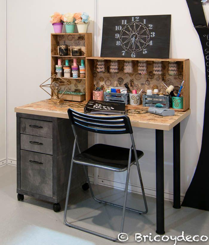 escritorio de estilo industrial con materiales reciclados y tuneados