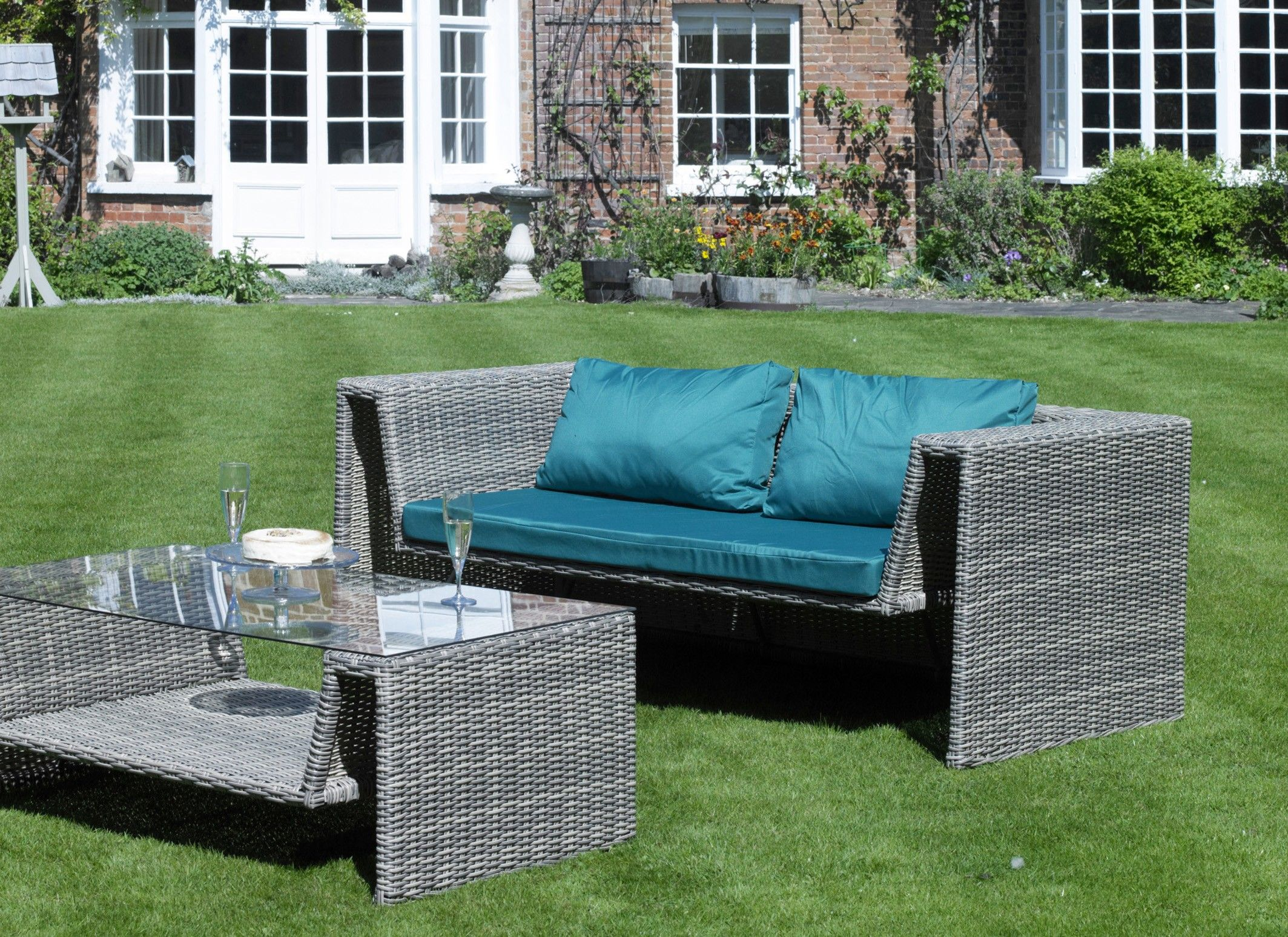 Everlast Wicker Lounge Sofa from the Garden Range. www