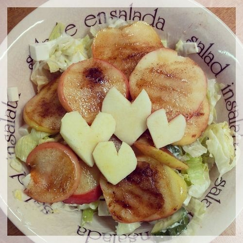Salad with grilled cinnamon-apples.