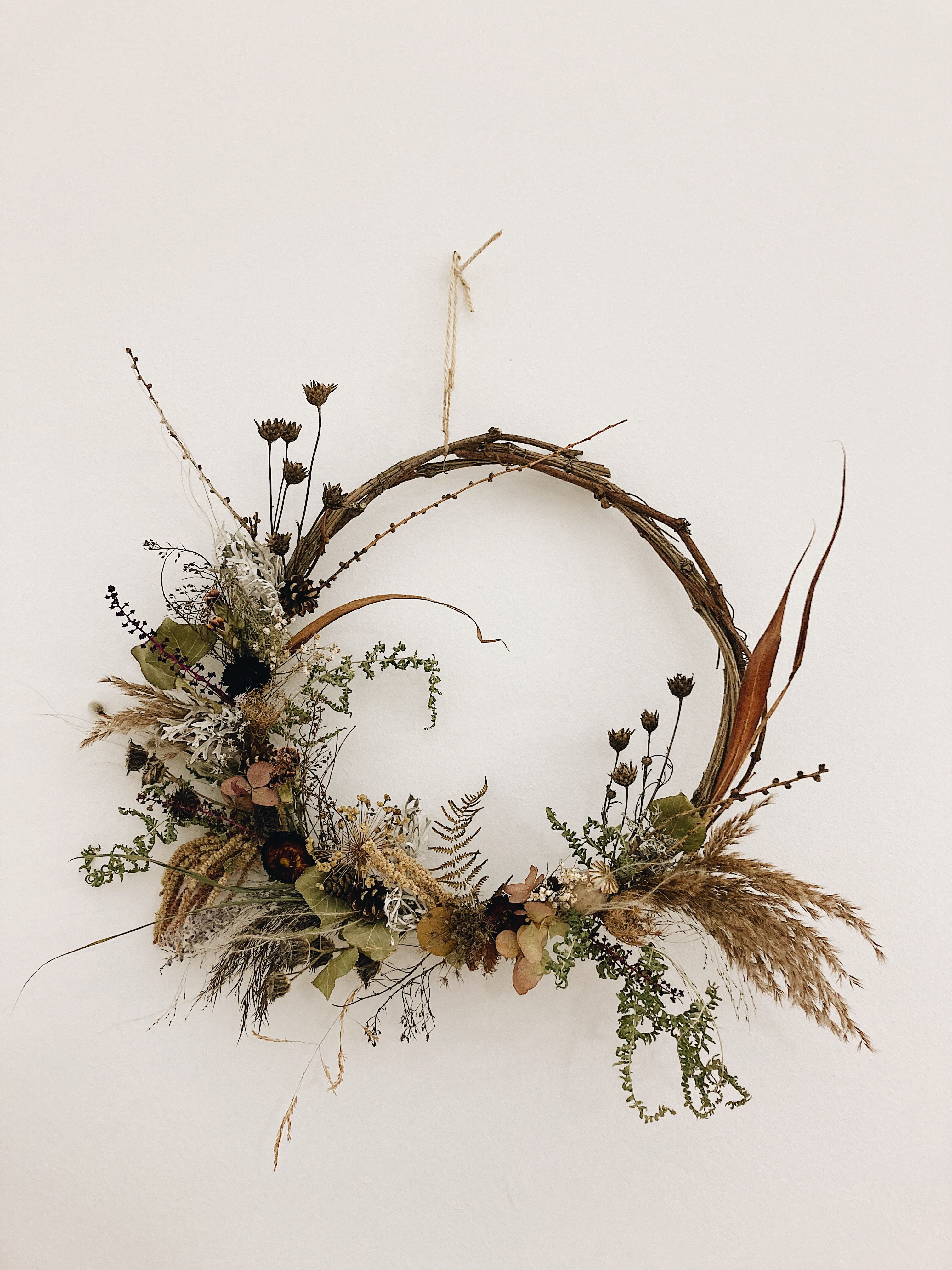 unconventional home decor for winter and Christmas #driedflowers #wreath #homedecor #christmasdecoration