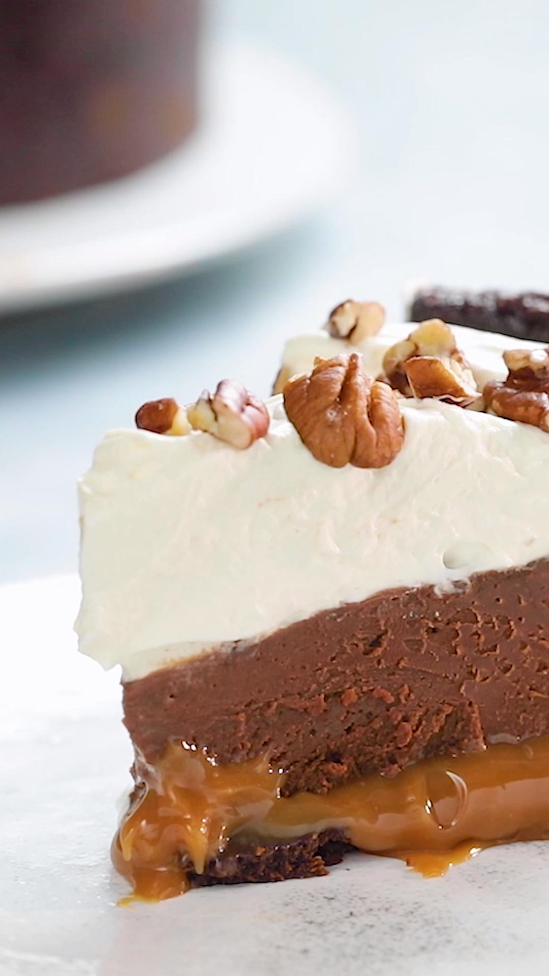 Cette tarte n'est pas une tarte comme les autres ! Pour le fond de tarte on a utilisé des brownies pour faire de ce petit chef-d'oeuvre la tarte la plus gourmande au monde. Du caramel, du chocolat, du brownie et de la crème fouettée, de quoi d'autres pouvions-nous rêver ?