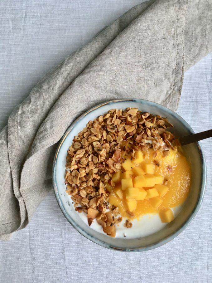 Græsk yoghurt med mangopuré og kokosgranola