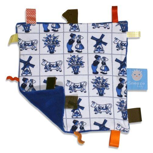 Snoozebaby knuffeldoekje dutch pride uit de online shop van Babyaccessoires.eu, met de handige labeltjes die de tastzin en motoriek van je baby'tje helpen ontwikkelen.
