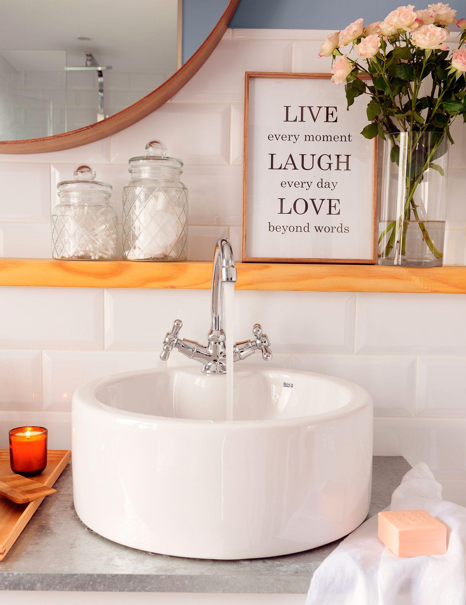 Ba o con azulejos blancos lavamanos redondo y estante de - Banos con azulejos blancos ...