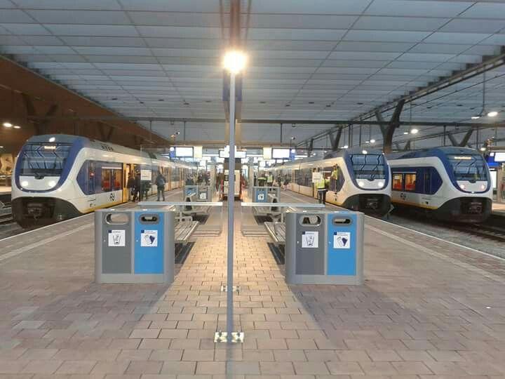 3 SLT's op Rotterdam Centraal. De linker is de Sprinter naar Roosendaal, de middelste is een extra trein naar De Kuip en de rechter is de Sprinter naar Den Haag.