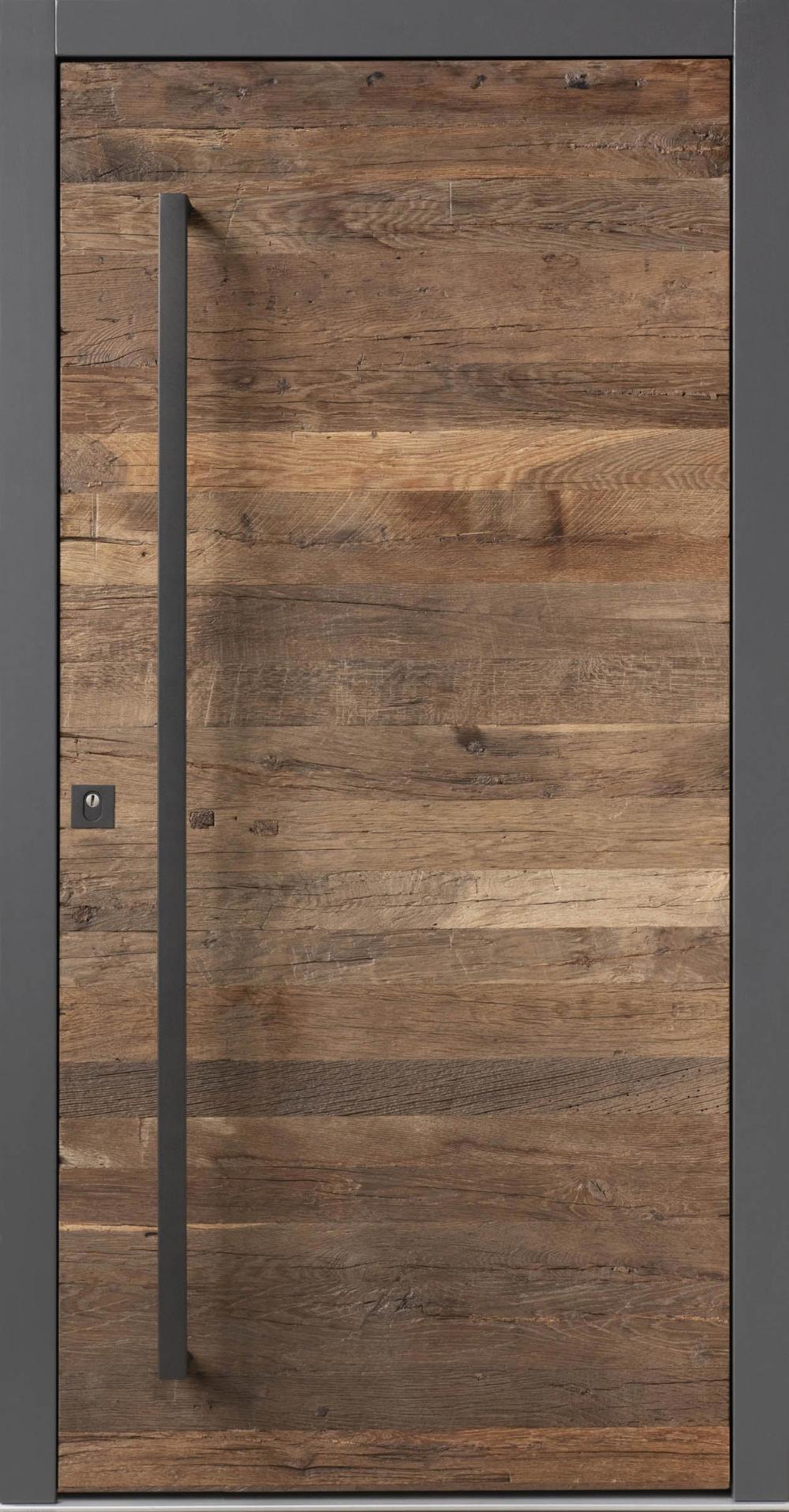 Photo of En-til-en-type inngangsdør laget av brukt (fat) tre og naturstein