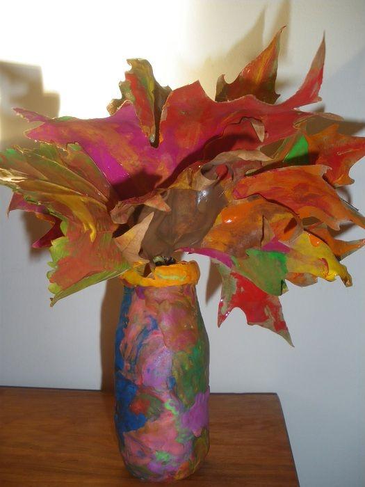 Wazonik z kolorowymi liściami