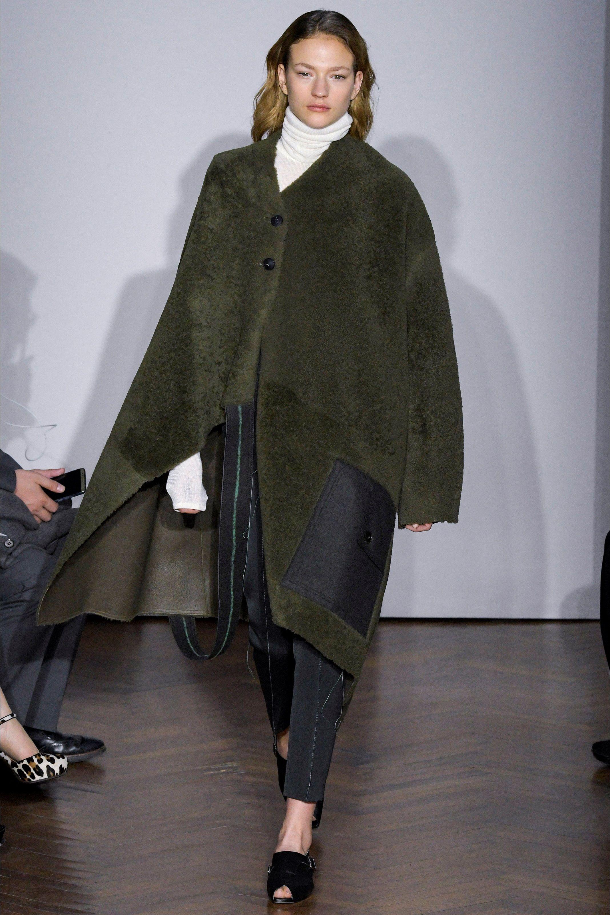 Guarda la sfilata di moda Gabriele Colangelo a Milano e scopri la collezione di abiti e accessori per la stagione Collezioni Autunno Inverno 2017-18.