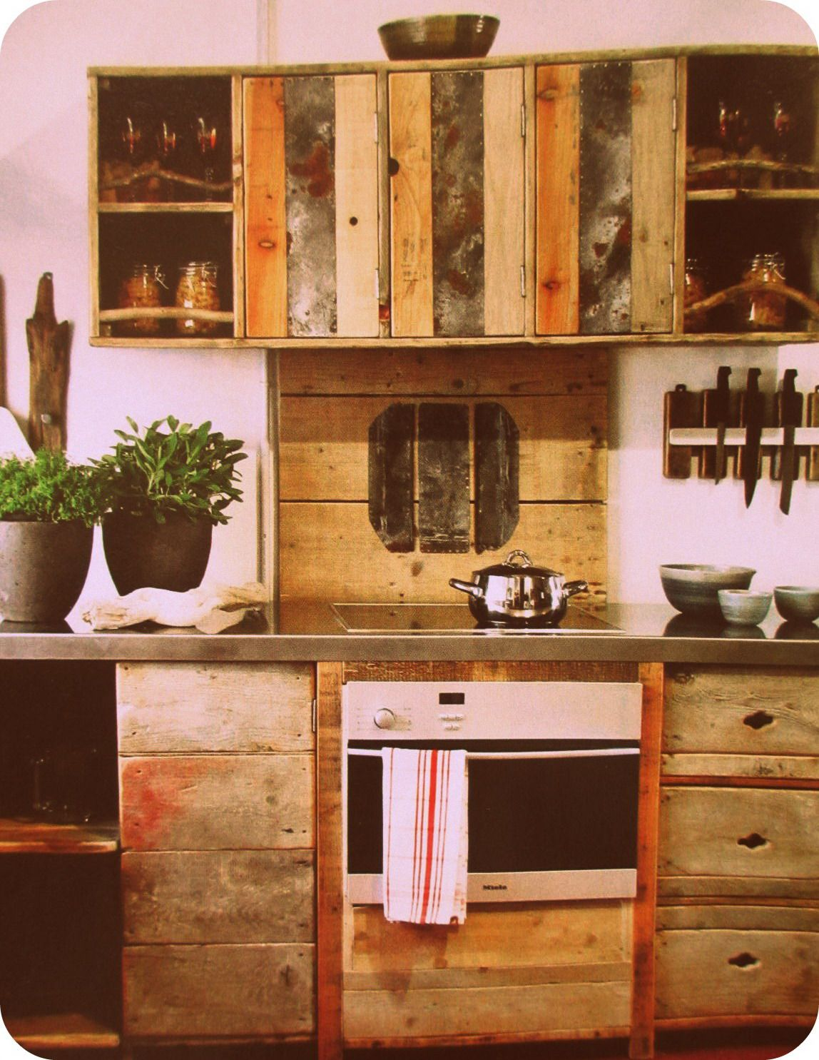 3 ideas de cocinas con palets que te encantar n for Muebles con tarimas para cocina