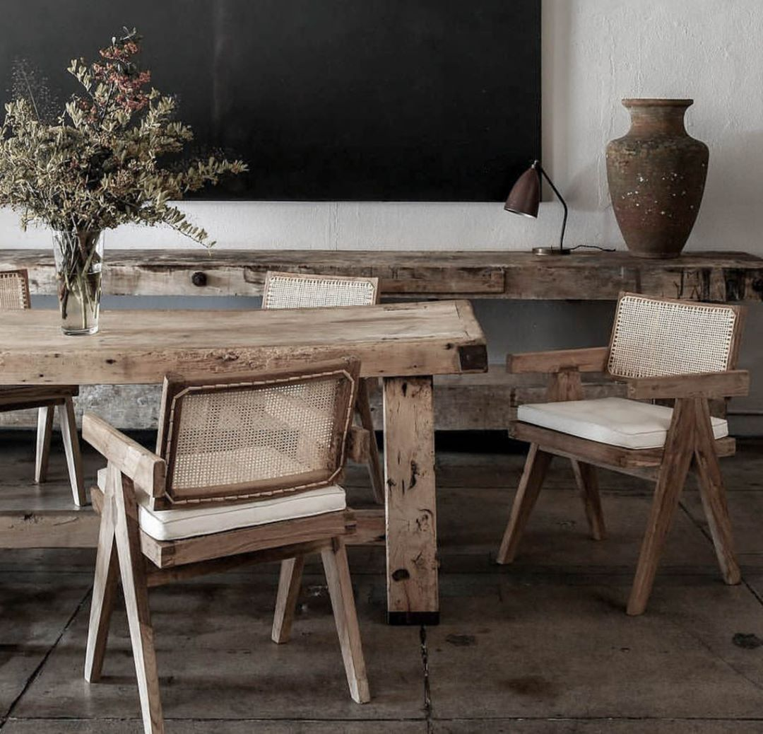 Beautiful dining room set. Rustic and vintage pieces with an elevated luxe feel.  #vintageinterior #nycinteriordesign #schönerwohnen #interieurdesign #interiordesigns #interiorgoals #interiors #frenchinterior #midcenturymoderndesign #pierrejeanneret #antiquefurniture #rustichome #vintagehome #vintagefurniture #vintageinterior   Image from @nathanlindbergdesign