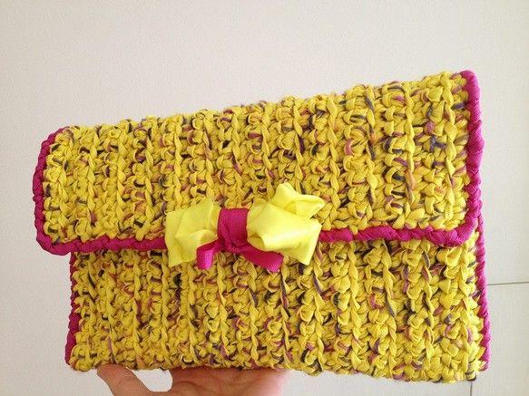 鮮やかな黄色のリボンと黄色ベースのカラフルな毛糸を使った、ツイード風のクラッチバッグです。20×30cmと長財布も入るサイズです。 ハンドメイド、手作り、手仕事品の通販・販売・購入ならCreema。