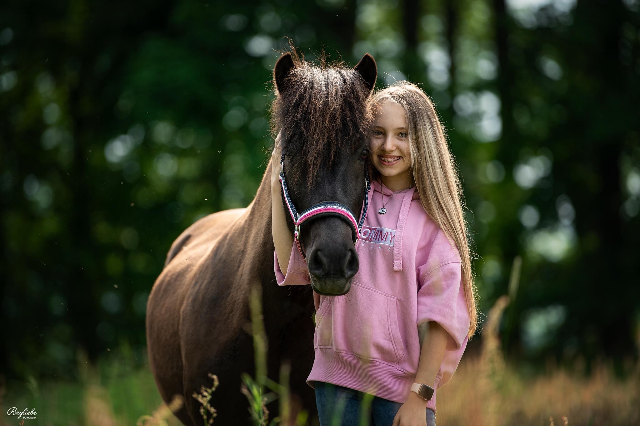 kleines mädchen und ihr pony - das muss liebe sein