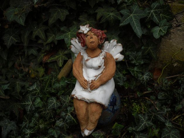 Die Keramik ist ca.19cm hoch bei 1200 Grad gebrannt, es ist möglich die Figur auf einen Stab auf zu stecken. Engel wird ohne Stab verschickt.