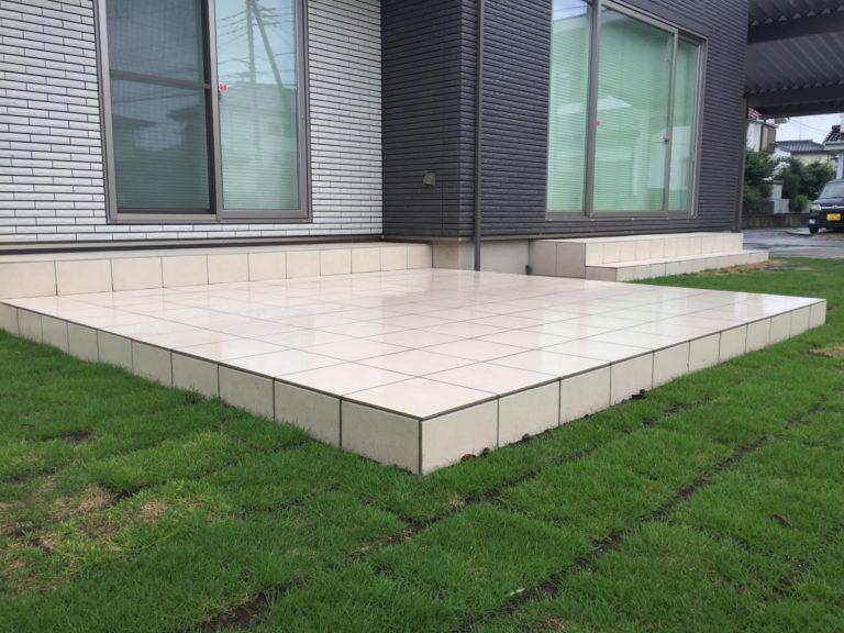 タイルデッキの施工にかかる費用 価格の相場は 画像あり フリークスハウス テラスのデザイン 庭 バーベキュー
