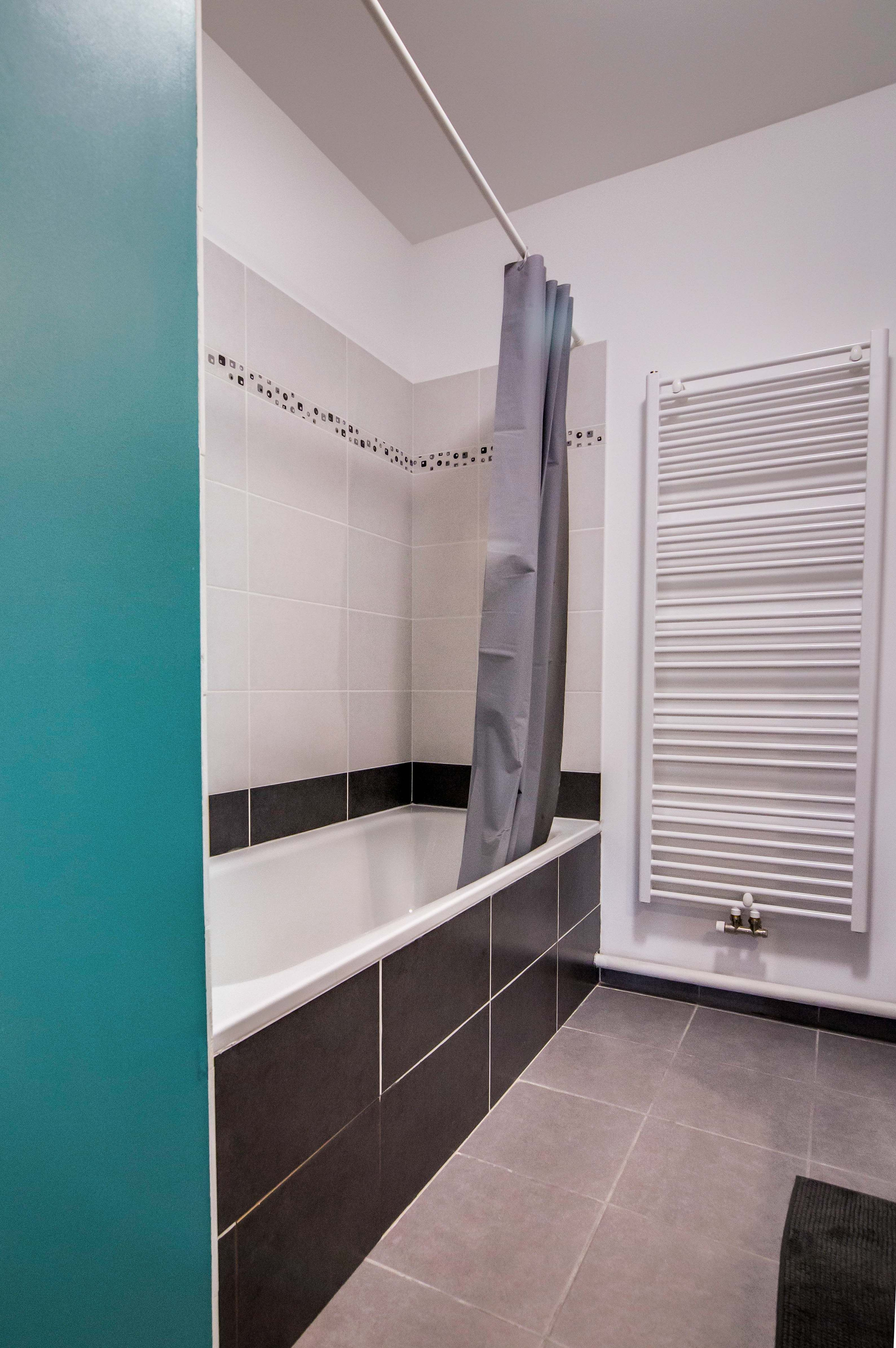 salle de bain grise et galet peinture turquoise baignoire ...