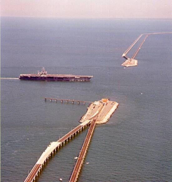 nsiderada desde 1965 como uma das sete maravilhas da Engenharia do mundo moderno (classificação obtida em competição mundial entre projetos de Engenharia), existe desde 1964 na Baía de Chesapeake, no estado norte-americano de Virginia, a ponte-túnel Chesapeake Bay Bridge-Tunnel. Inicialmente com duas pistas, precisou ser duplicada, e em 1995 foi iniciada a construção de novas pontes em paralelo às antigas, num trabalho concluído em 1999. ed132z08.jpg (550×580)