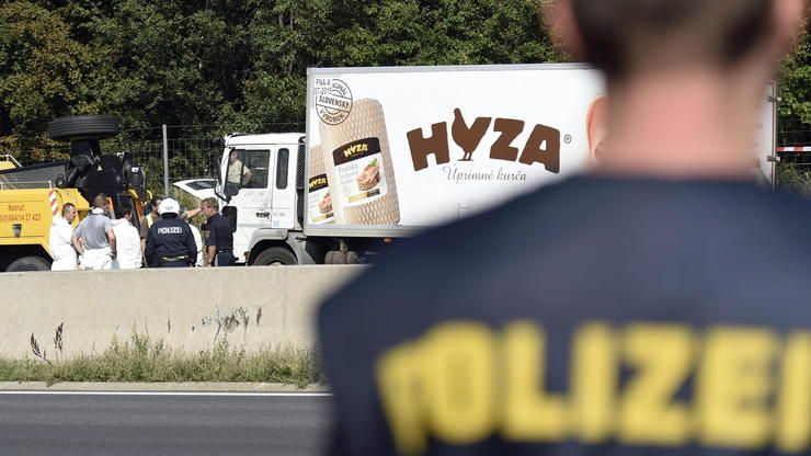 huGO-BildID: 48359075 epaselect epa04900694 Forensic experts investigate a truck in which refugees w... - dpa