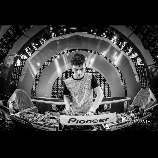 Martin Garrix, I found him the best dj of the world. He is eighteen and now all a super DJ.