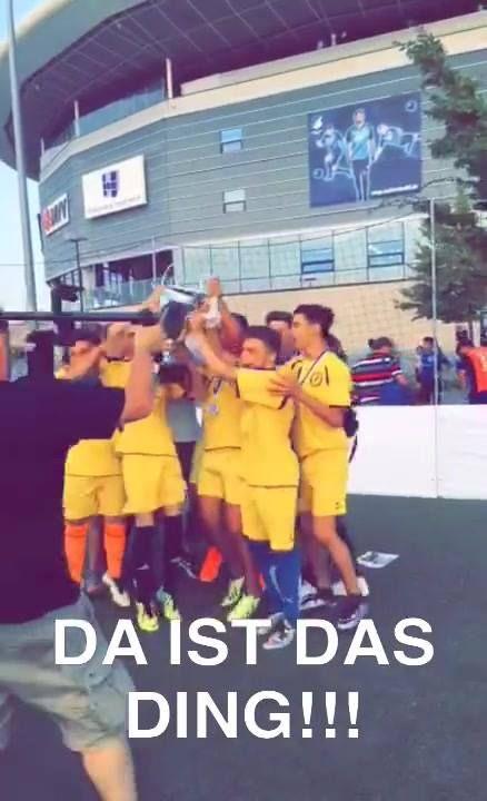 Beim gestrigen Finalesonntag in Sinsheim ging es auf dem Spielfeld heiß her: Wir haben die coolsten Momente in Sachen PlayStation Junior Champions Cup & U19-EM für euch auf Snapchat eingefangen und bedanken uns bei unseren Partnern GAZi, buntkicktgut,  DB und der U19-Euro 2016. Bis nächstes Jahr! Weitere Infos → http://bit.ly/2aF7x2o