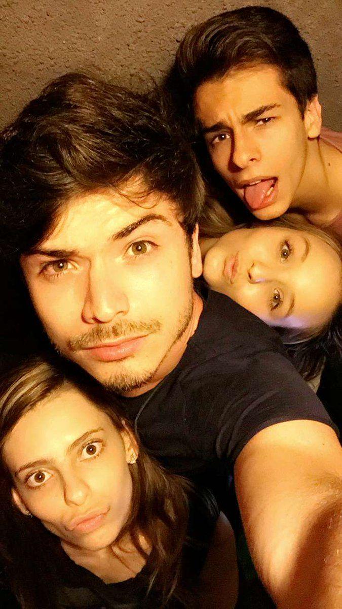 8300fa4b802e8 Larissa Manoela posando para foto com seus amigos Marcelo Gabi e Pedro  .lindoss .Via Snapchat
