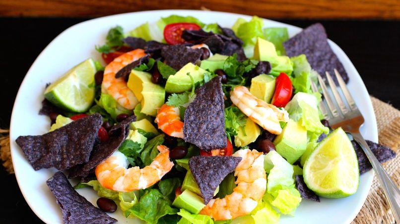 Las ensaladas son el plato clásico del verano, aunque en realidad es una comida válida en cualquier momento del año. Esta ensalada de camarones con aguacate es perfecta para el almuerzo o una cena liviana.