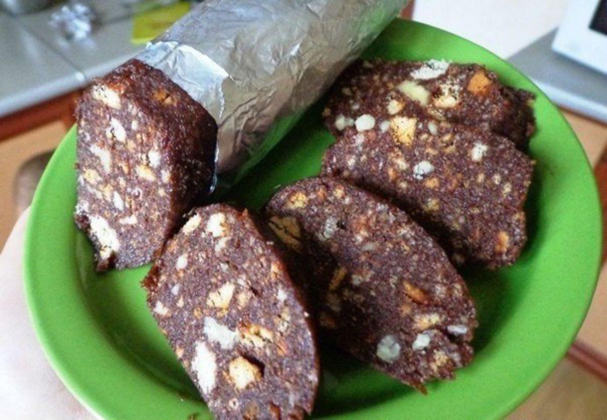 Ингредиенты:    Песочное печенье – 300 г  Сливочное масло – 200 г  Орехи любые(арахис, грецкие) – 100 г  Сахар - 1 стакан  Молоко - 5 ст. л.  Сгущенное молоко (вареное или обычное) - 5 ст. л.  Какао - 3 ст. л.    Приготовление:    1. Половину печенья