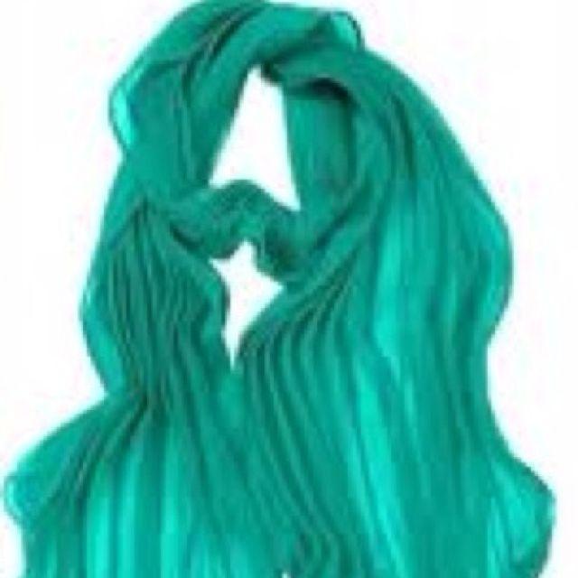 I love this scarf. If I had it I would feel like Rebecca Bloomwood.