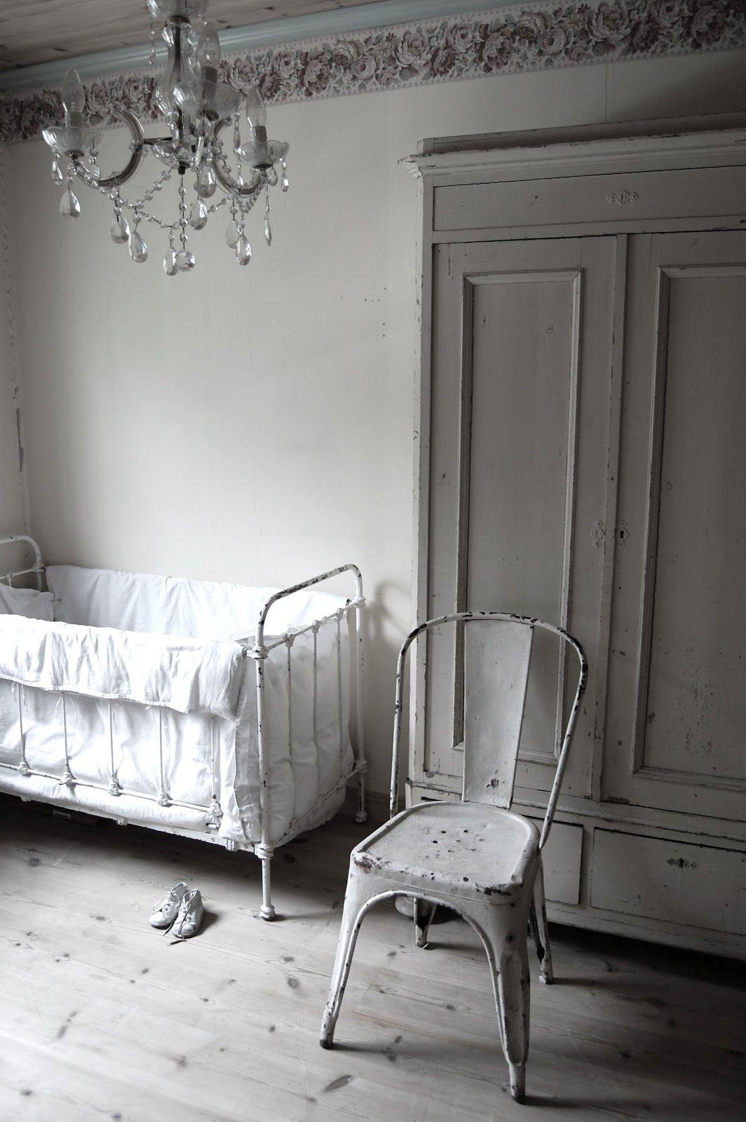 <3 , brocante op de kinder of babykamer! Old Basics heeft prachtige oude (demontabele) linnenkasten, commodes en stoeltjes voor de kinderkamer!