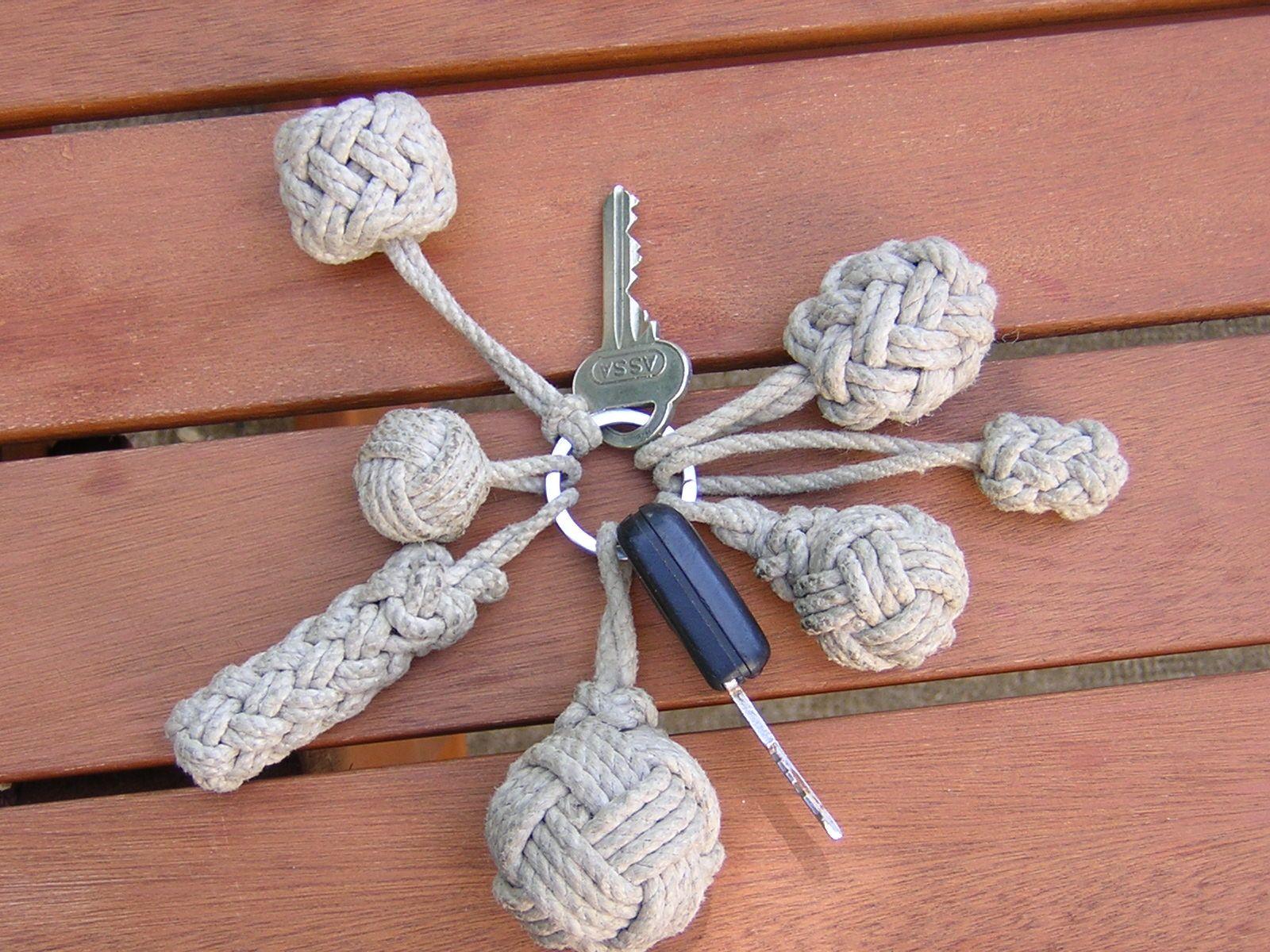 Pour changer de la pomme de touline en guise de porte cl s en voici diff rents mod les - Comment faire un porte cle en scoubidou ...