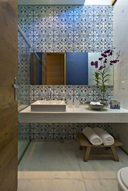 Kleines Badezimmer mit Zemtfliesen - Dekorfliesen an der Wand