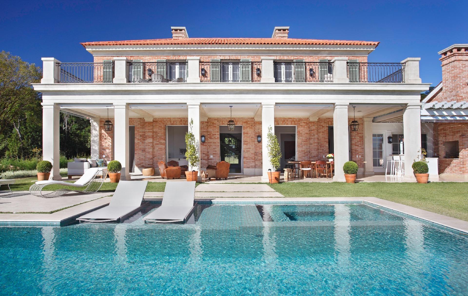 Luxo e conforto casa com inspiração italiana tem vista de