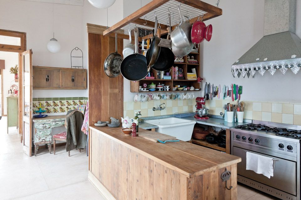 Conoc la cocina de juliana l pez may mesas altas for Colgar utensilios de cocina
