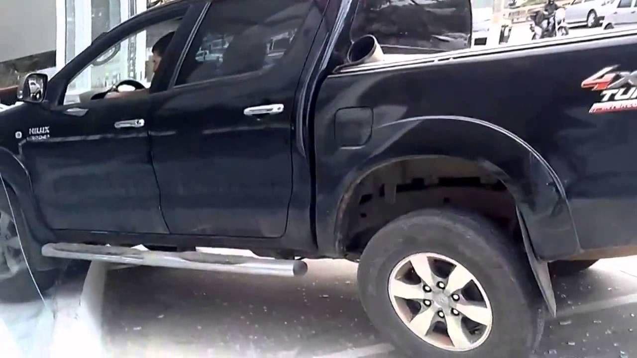 Homem surta e entra pelado com carro dentro de uma concessionária