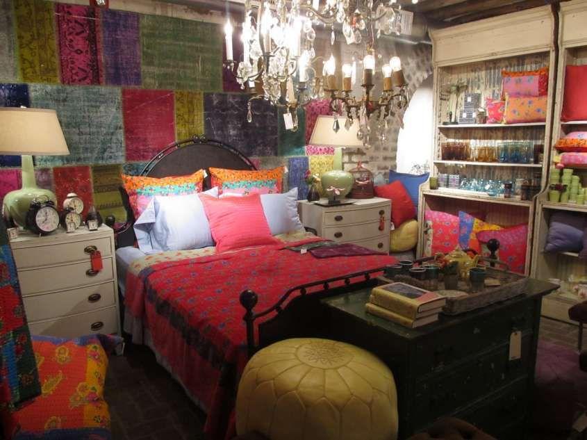 Arredamento in stile hippie camera da letto con tessuti colorati