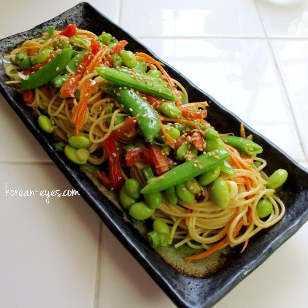 Dressing asian noodle salad cold
