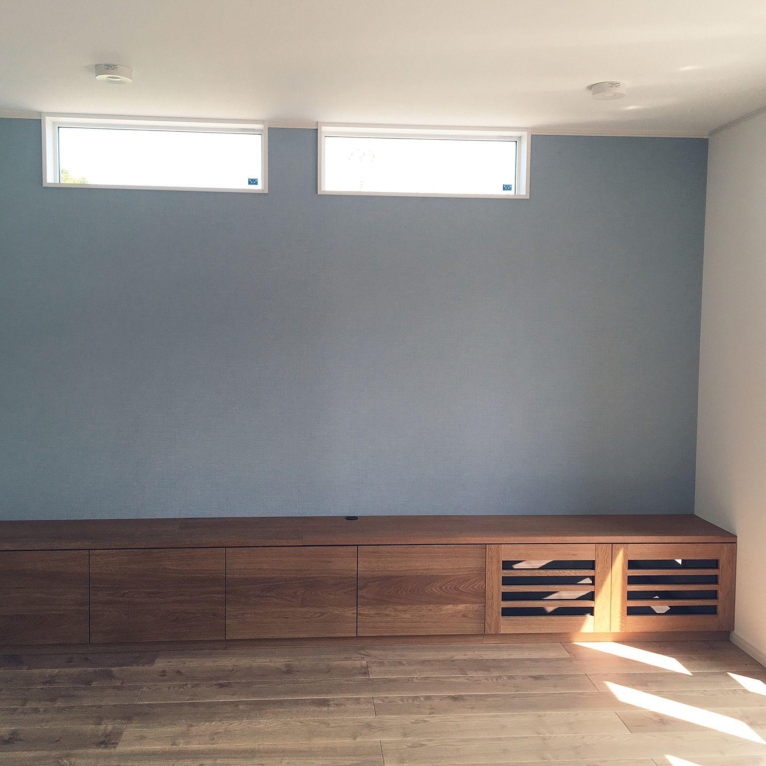リビング Daikenの床 アクセントクロス サンゲツの壁紙 グレーの壁の