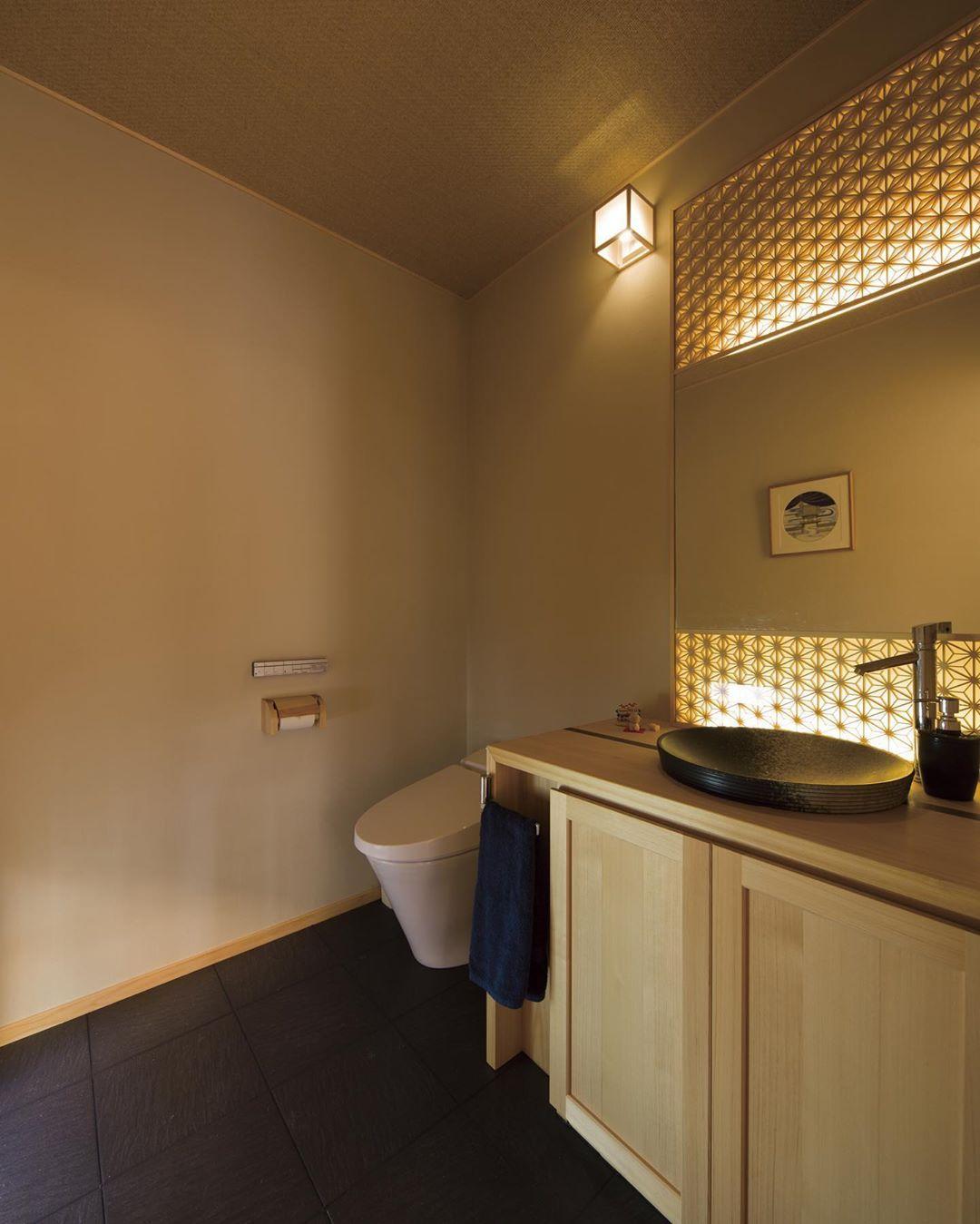 創家株式会社 On Instagram 組子の間接照明が目を引くお手洗い 自然素材 トイレ 和風トイレ 組子細工 間接照明 More Photos So Home Bathroom Bathtub