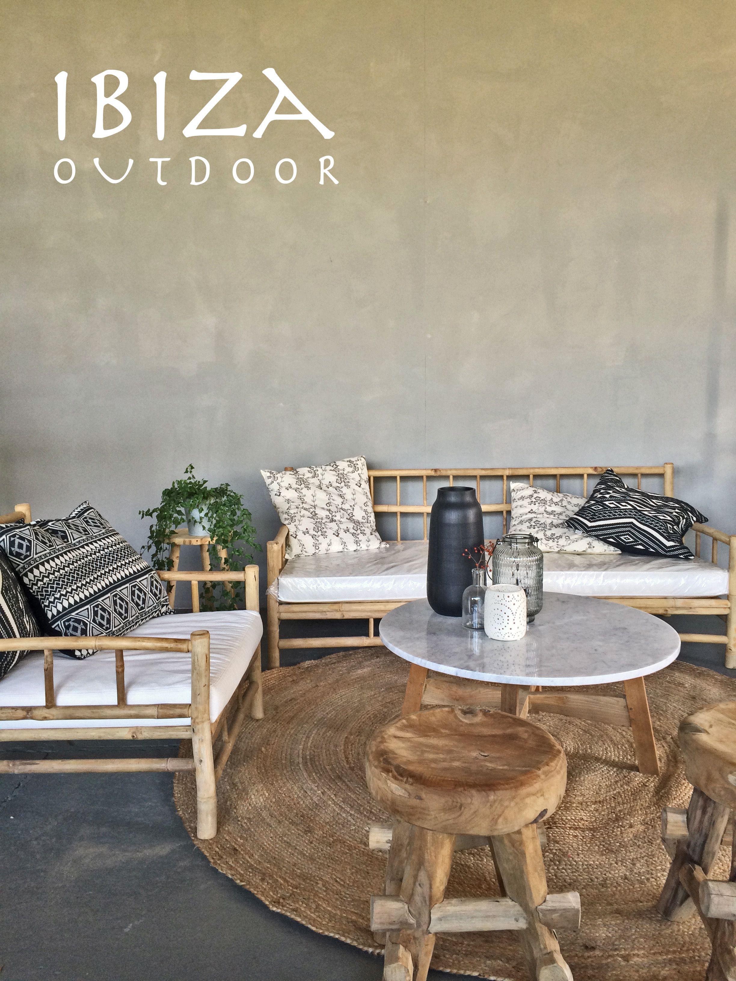mooie foto ontvangen met het stoere robuuste ibiza krukje en bamboe loungebanken met marmeren salontafel, love it! bij interesse mail naar ibizaoutdoor@gmail.com ook voor een afspraak in de loods.